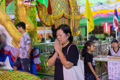 El buddhism tailandés ruega para la adoración del beneficio Imágenes de archivo libres de regalías
