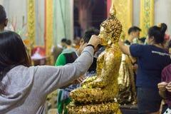 El buddhism tailandés ruega para la adoración del beneficio Fotografía de archivo