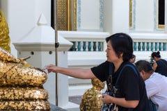 El buddhism tailandés ruega para la adoración del beneficio Imagen de archivo