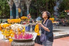 El buddhism tailandés ruega para la adoración del beneficio Foto de archivo
