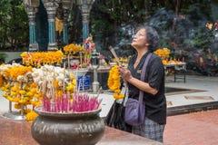 El buddhism tailandés ruega para la adoración del beneficio Imagenes de archivo