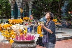 El buddhism tailandés ruega para la adoración del beneficio Imagen de archivo libre de regalías