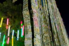 El buddhism tailandés dona billetes de banco de un dinero Fotos de archivo libres de regalías