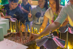El buddhism tailandés ruega para la adoración del beneficio Fotos de archivo