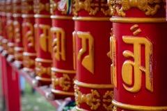 El budismo, ruedas de rezo, hace un deseo, sobre el templo budista Foto de archivo