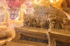 El budista hace la adoración en templo tailandés Imágenes de archivo libres de regalías