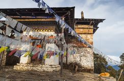El budista tibetano del rezo tradicional señala a Lung Ta por medio de una bandera en el Phajodi imagen de archivo libre de regalías