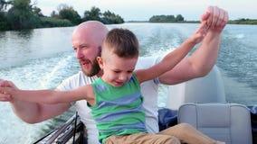 El buen papá al fin de semana con el niño, el padre y el hijo pasan el tiempo junto, responden emocionalmente durante la conducci almacen de video