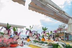 El buffet del autoservicio en descanso florece las flores del buffet del fromSelf-servicio en descanso y fotos de archivo