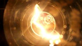 El bulbo, electricidad, intensidad de luz, amperaje, filamento del tungsteno, amortiguó la luz ligera, brillante almacen de metraje de vídeo