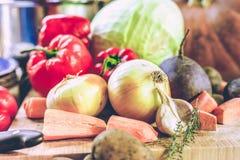 El bulbo, la pimienta roja y las zanahorias mienten a bordo Imagen de archivo libre de regalías