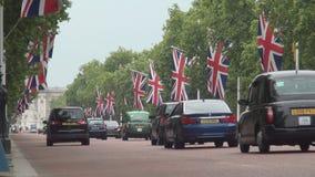 El bulevar en Londres adornó con las banderas y el tráfico de coches en día de la celebración metrajes