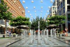 El bulevar hermoso en la ciudad de Dnipro (Dnepropetrovsk), adornada con los globos Imágenes de archivo libres de regalías
