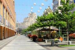 El bulevar hermoso en la ciudad de Dnipro Dnepropetrovsk, adornada con los globos Imágenes de archivo libres de regalías