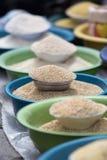 El bulto secó las comidas en el mercado de producción de Otavalo, Ecuador imagen de archivo libre de regalías