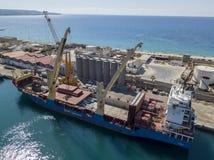 El buque de carga amarró en el embarcadero del puerto de puerto deportivo de Vibo, Calabria, Italia Fletamento de la BBC Fotos de archivo libres de regalías