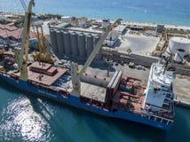 El buque de carga amarró en el embarcadero del puerto de puerto deportivo de Vibo, Calabria, Italia Fletamento de la BBC Fotografía de archivo libre de regalías