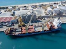 El buque de carga amarró en el embarcadero del puerto de puerto deportivo de Vibo, Calabria, Italia Fletamento de la BBC Imágenes de archivo libres de regalías