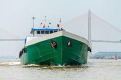 El buque de carga en el río Imagen de archivo libre de regalías
