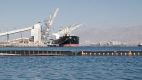 El buque de carga en el puerto de Eilat, en el fondo se puede ver la ciudad de Eilat