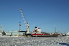 El buque de carga general Eemsborg atracó en el puerto Kemi en el mar Báltico congelado Imagenes de archivo