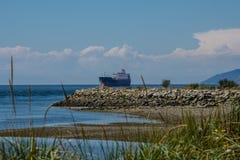 El buque de petróleo entra en el área del agua Fotografía de archivo