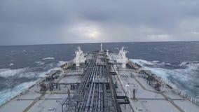 El buque de petróleo está en curso en el mar tempestuoso metrajes
