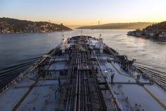 El buque de petróleo está procediendo con el estrecho Foto de archivo libre de regalías