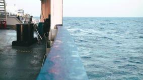 El buque de petróleo se está moviendo a través del océano Lanzamiento de la cubierta almacen de video