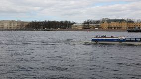 El buque de vapor del pasajero se mueve a lo largo de Neva River metrajes