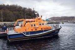 El buque nacional real del instituto del bote salvavidas en el puerto de Lochinver en Escocia del noroeste fotografía de archivo libre de regalías