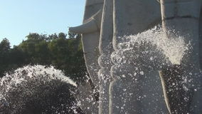 El burbujear de la fuente paisaje hermoso con una fuente fuente en el cuenco de piedra almacen de video