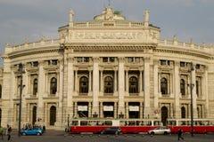 El Burgtheater en Viena imagenes de archivo