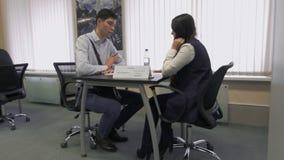 El buscador de trabajo comunica con el patrón durante la entrevista para el empleo en el parque de alta tecnología Minsk, Bielorr almacen de video