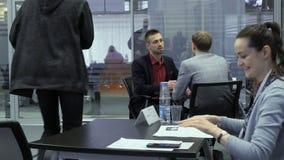 El buscador de trabajo sacude la mano con un reclutador después de la entrevista de trabajo para el empleo en el parque de alta t almacen de metraje de vídeo