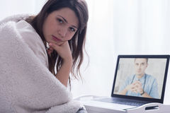 El buscar para el consejo médico sobre Internet Imagen de archivo