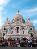El Busker se realiza en la catedral de Sacré Cœur, Montmar Imagen de archivo libre de regalías