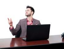 El busnessman sonriente señala con un finger en el aire Imagen de archivo libre de regalías