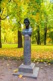 El busto del artista ruso famoso y el pintor Karl Bryullov en el Mikhailovsky cultivan un huerto en St Petersburg, Rusia Imagen de archivo