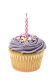 El buttercream púrpura heló la magdalena con una sola vela del cumpleaños Imagen de archivo