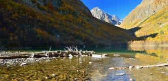El Cáucaso en otoño Foto de archivo