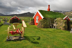 El césped rojo cubrió la casa, Islandia foto de archivo libre de regalías