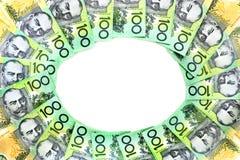 El círculo del capítulo del grupo australiano de 100 notas del dólar en el fondo blanco tiene espacio de la copia imagenes de archivo