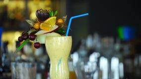 El cóctel alcohólico con la fruta está en la barra almacen de video