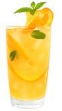 El cóctel con el zumo de naranja y los cubos de hielo adornó la menta de la hoja Fotos de archivo