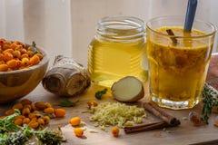 el cóctel del otoño con el espino cerval de mar, jengibre, miel consolida el sistema inmune Imagen de archivo libre de regalías