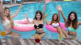 El cóctel en el centro turístico, novias en bañador se divierte en el poolside, riendo a las muchachas que asisten en el anillo i almacen de metraje de vídeo