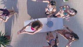 El cóctel, muchachas de los amigos del grupo en el bañador pasa ocio y bebe el champán el fin de semana en verano almacen de metraje de vídeo