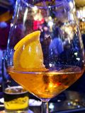 El cóctel Spritz - el aperitivo preferido en la provincia de Véneto Italia Foto de archivo libre de regalías