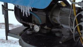 El cañón de la nieve para hacer nieve artificial en los deportes de invierno recurre almacen de metraje de vídeo